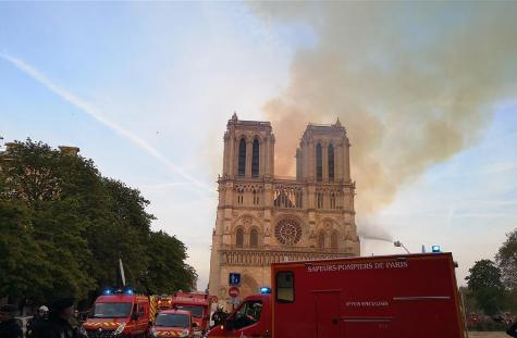 4月15日,在法国首都巴黎,救援人员聚集在发生大火的巴黎圣母院附近。新华社记者 杨一苗 摄