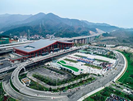 2018年12月25日,杭州至黄山高铁正式开通运营。这是杭黄高铁建德站徐昱摄/ 本刊