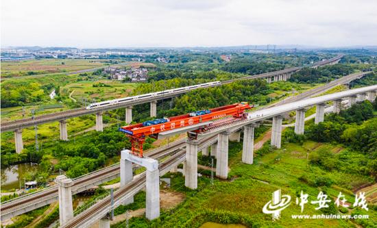 昌景黄铁路全线首次跨营业线箱梁架设完成