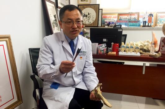尚希福展示其发明的髋臼周围截骨术专用骨刀