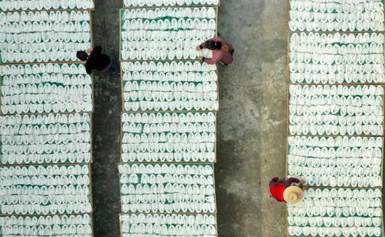 10月20日,合肥市庐江县白湖镇裴岗社区杨海银家庭米面作坊里一派忙碌,村民们正在忙着加工、晾晒米面。左学长 记者张大岗 摄