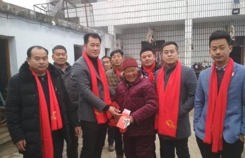 创业成功后,杨春照(左3)开始从事公益回馈社会