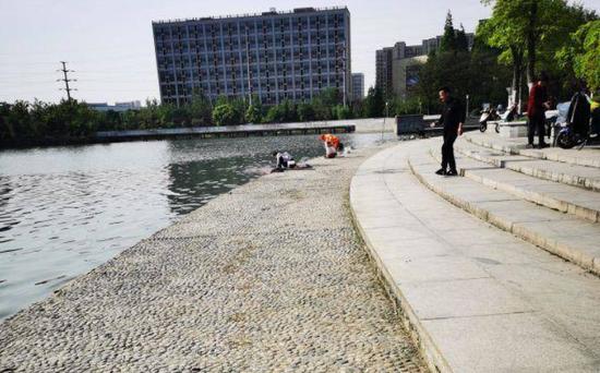 芜湖:公园湖边洗拖把 既不文明又危险