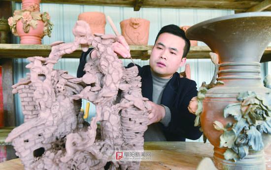 李二子在工作室内创作紫砂艺术品《归途》