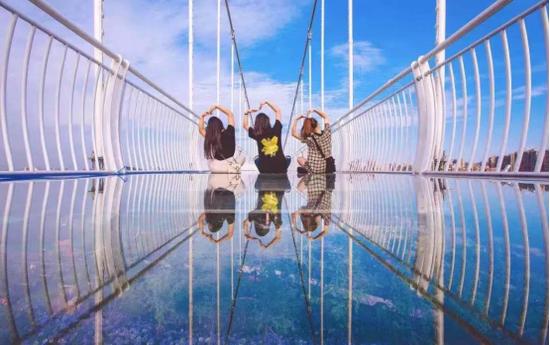 霍山县霍山大峡谷景区 飞云玻璃吊桥(图片来源:霍山微旅游公众号)