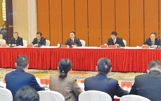 1月13日下午,省长李国英来到省十三届人大三次会议安庆代表团,与代表们一起审议《政府工作报告》。记者 徐国康 吴文兵 程兆 摄