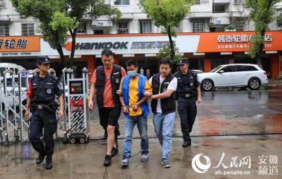 犯罪嫌疑人岳某被押解回安庆。侯勇摄