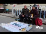 老人沿街卖书救子 最大愿望:多卖书救救儿子