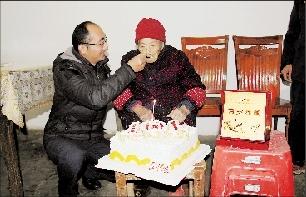 孙子喂奶奶吃蛋糕
