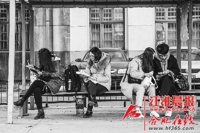 考试前,几位考生正在抓紧时间复习。