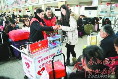 ○合肥汽车站志愿者给乘客提供热水