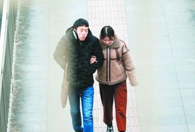 1月2日,笼罩在冷空气中的行人全副武装,抵挡寒流。 牛国梁 摄