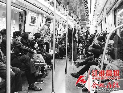 周末试乘2号线的市民明显增多。