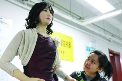 情感人形机器人与一女孩表情互动