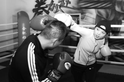 李霞和俱乐部教练进行练习