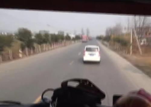 安徽界首面包车故意阻挡消防车 司机被行拘8日