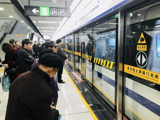 市民等候2号线列车进站