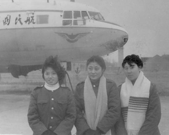 1982年刚参加工作时三位空姐合影