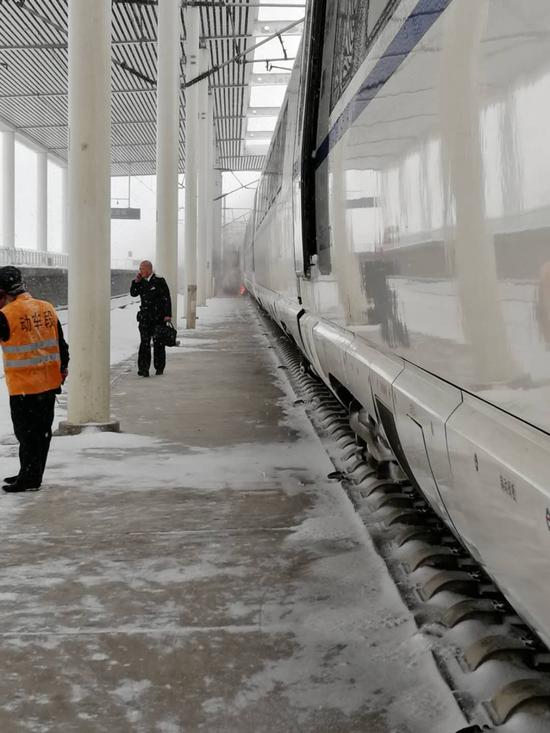 一高铁列车行至安徽定远站时冒烟