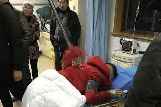 安徽一名男子被红缨枪扎进后背 枪全长2米多