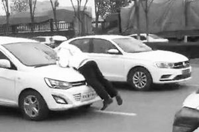 无牌司机上路遇检逃离 将辅警挂倒在地并拖移数米远