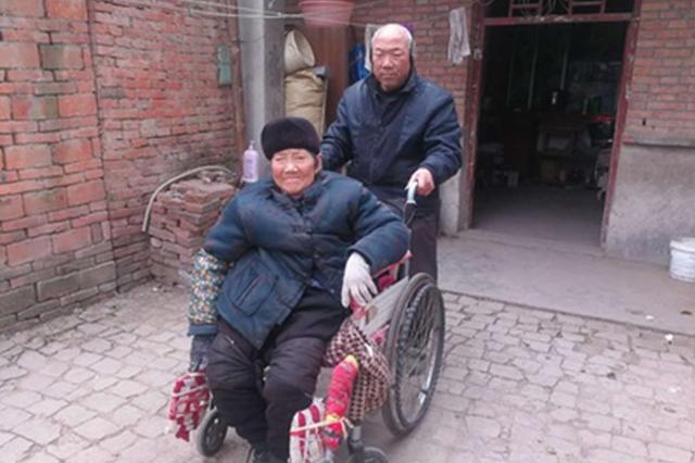 阜阳一六旬老人照顾瘫痪岳母14年:这是俺娘就得养着