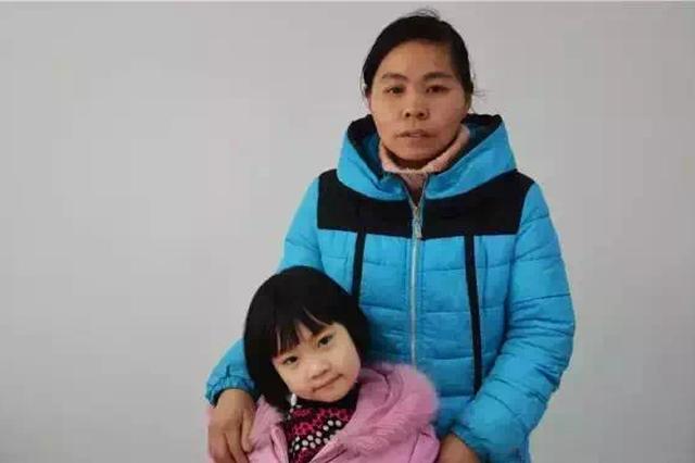 池州8岁女童患怪病 年轻妈妈上街乞讨救女