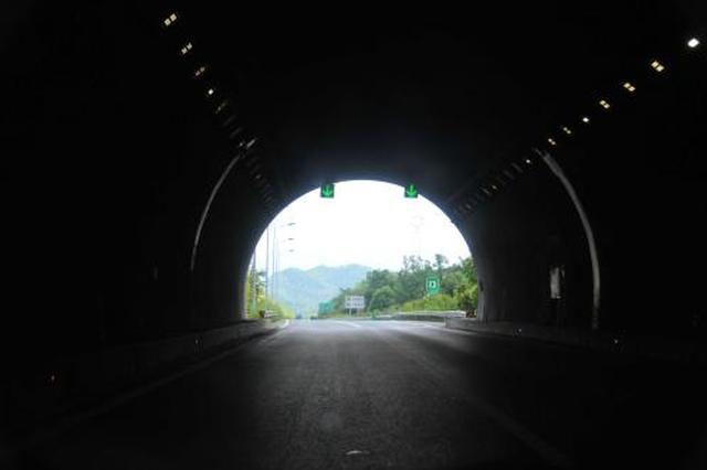 商合杭铁路太湖山隧道出口区间贯通