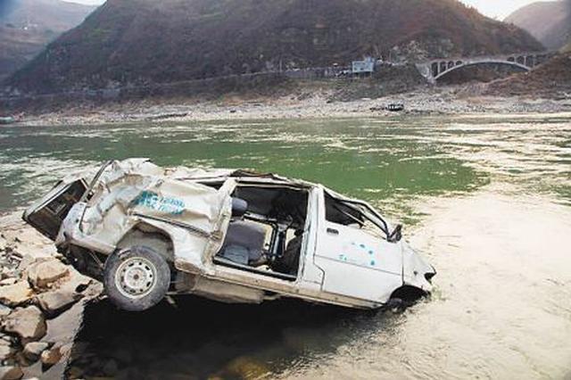 驾驶人误把油门当刹车 面包车飞入河中