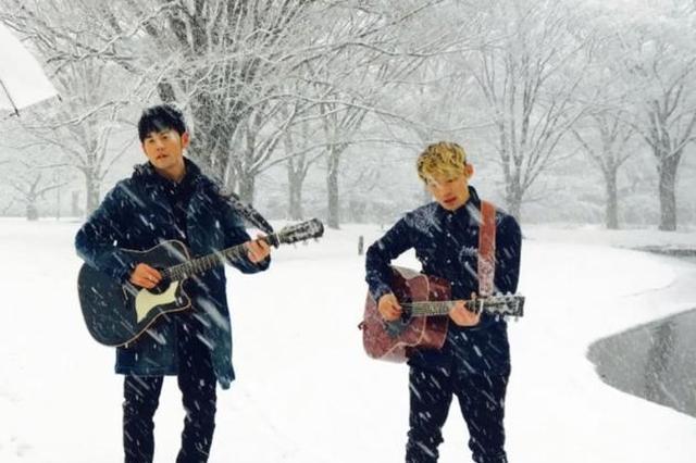 周杰伦雪地里弹吉他 粉丝:赶紧来杯奶茶暖暖