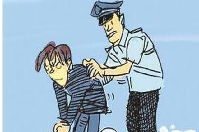 小偷行窃被锁车中 报警求助警察叔叔