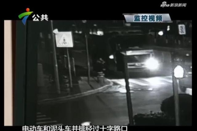 电动车闯入泥头车盲区 两女子被卷车底