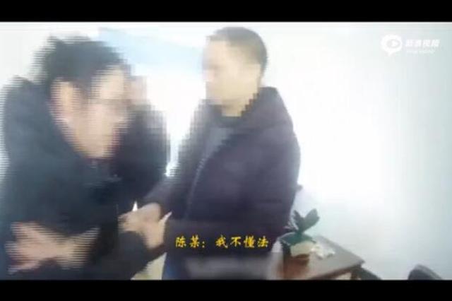 """女子拽警察手摁自己胸口 大喊""""你非礼我!"""""""