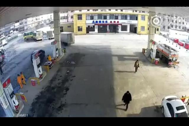 醉酒男子不满员工提醒 将烟头扔向加油机