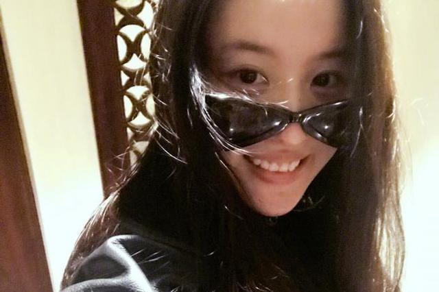 刘亦菲收成龙礼物晒自拍:耍酷有行头咯