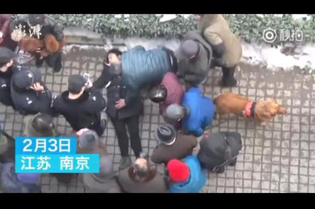 民警脱警服护摔伤少女 自己冻得直搓手
