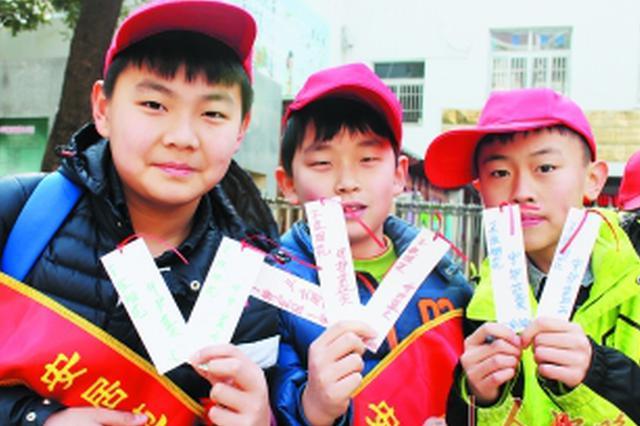 小学生自制禁燃禁放书签赠路人