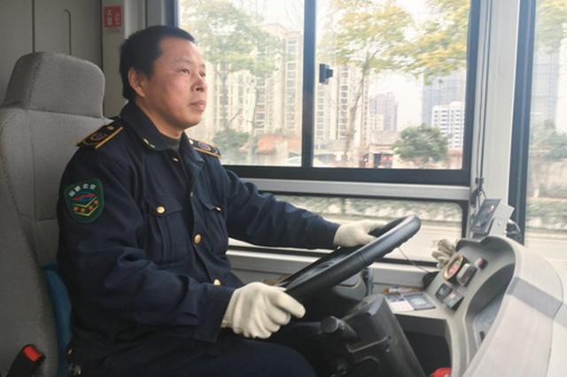 公交车司机不能与家人团聚 默默坚守保通行