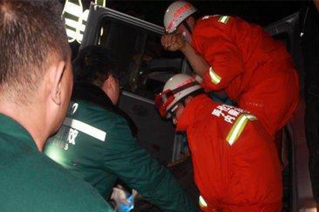 幼童头部钢筋插入 消防官兵紧急救援