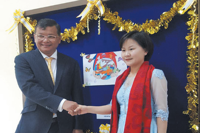 阜阳80后女孩获得柬埔寨国王勋章