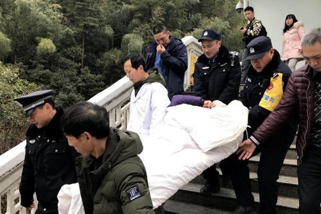 72岁老人滑倒受伤 黄山警方暖心救援