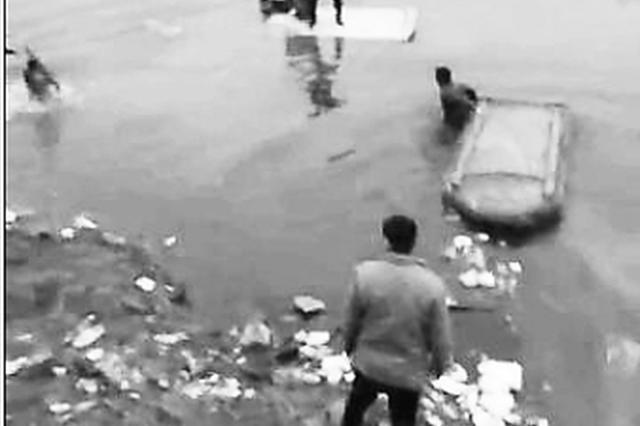 面包车落河沟 探亲战士与村民 联手下水救起5人