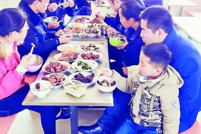 户籍民警在老公和儿子陪同下值班过春节