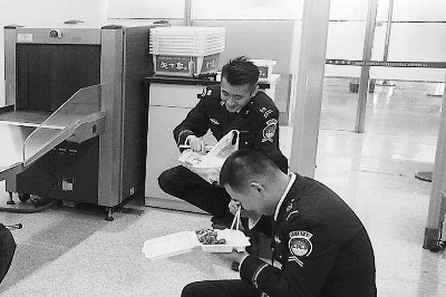 安检员一天弯腰下蹲上万次 春运机场安检工作迎来高峰