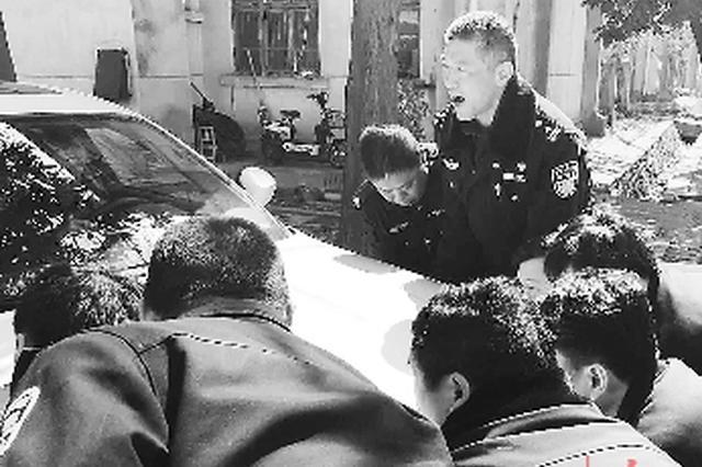 老人倒车轮胎掉进污水沟 数十名警察抬出轿车