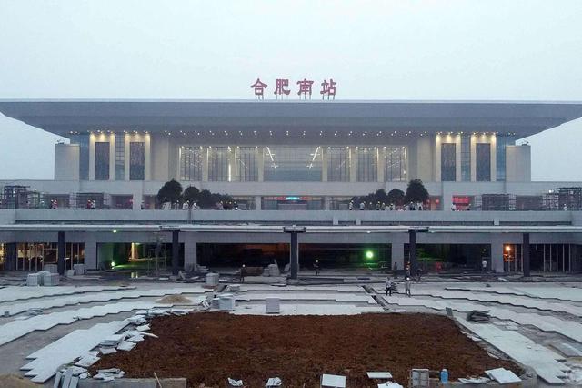 受伤外籍旅客进站 合肥南站劳模送上列车