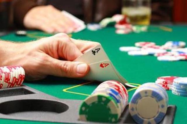 女赌徒带孩子来聚赌 见民警检查秒变病人装晕