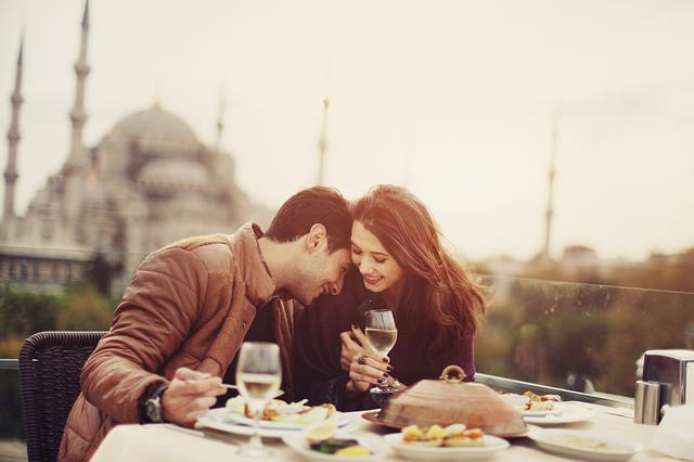 女人用嘴和男人耳朵恋爱