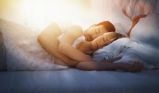 婚恋心理:夫妻睡姿透露感情好坏