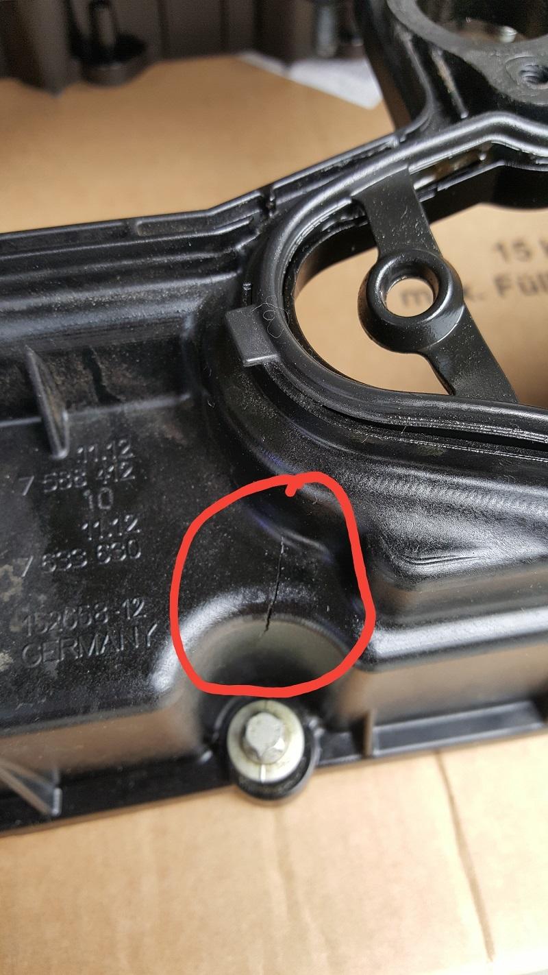 进口宝马528GT发动机气门室盖开裂导致漏油
